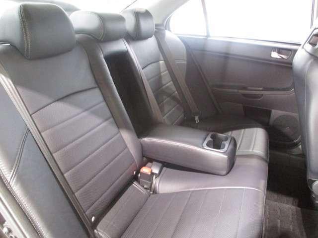 全席を少し前に出して頂ければ十分に座って頂ける後席シートです。4ドアセダンです。