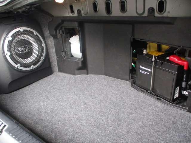 トランク奥側にバッテリーを収納しているため狭めのトランクとなります。旅行カバンなどでしたら乗車定員分のお荷物は乗せて頂けるレベルです。