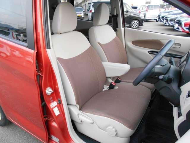 フロントベンチシートには、アームレスト装備ですのでドライブ中に疲れを和らげます。