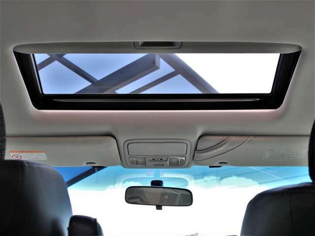 希少メーカーOPのサンルーフを装備☆車内の換気にとても便利で採光性にも優れていますしなにより開放感と高級感がありますね☆後付けできない装備ですのでぜひ装着車をお勧めいたします☆