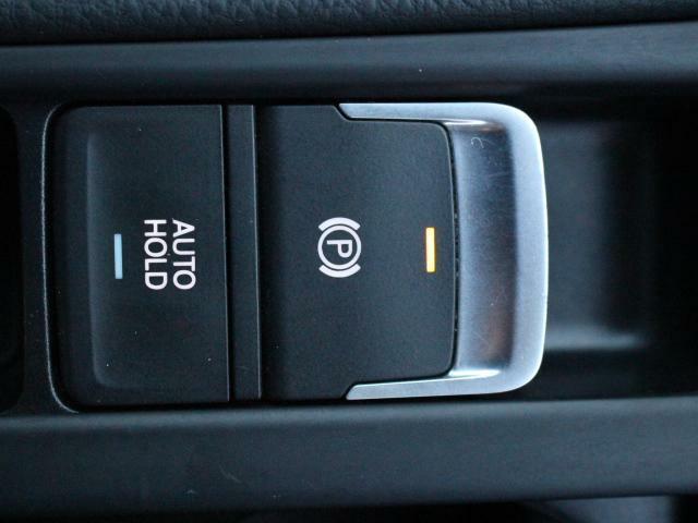 スイッチ操作ひとつで作動解除が可能な電動パーキングブレーキに加え、停車時にブレーキペダルから足を離してもブレーキが維持され、便利で安心なオートホールド機能も装備しています。