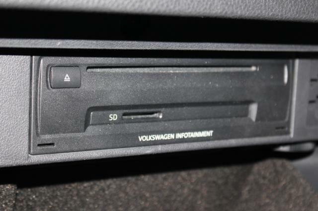 CD、ラジオ、SDカードはグローブボックスの中に装着されています。