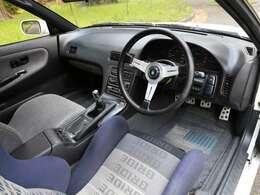 ガレージ保管が功を奏しダッシュボードに割れもなく、内装のヤレや退色も少なく上質です。