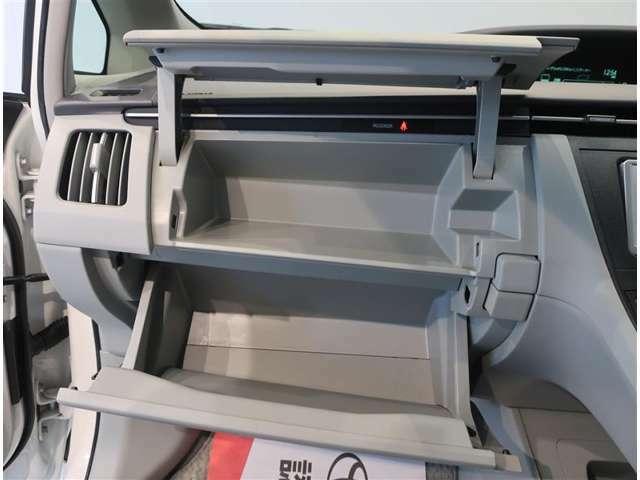 助手席の収納スペースです。上下と分けられて、整理できるのが良いですね。