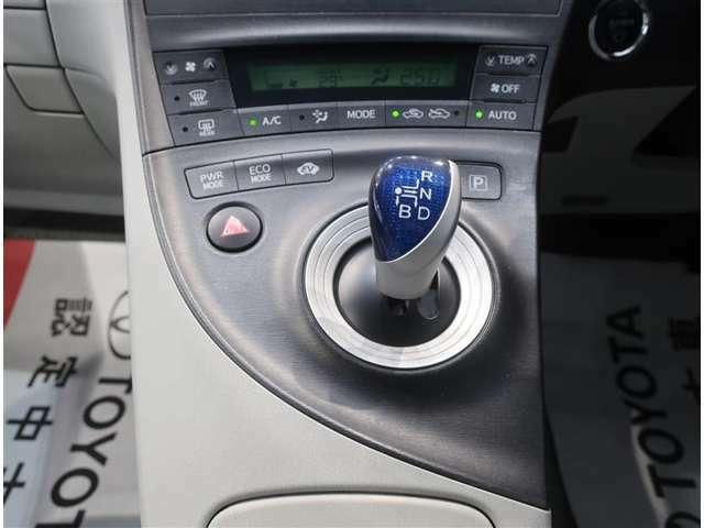 シフトレバーも操作性良好です。「オートエアコン」が付いてます。1年中快適な室内を提供!車内温度を設定すると風量を自動で調節してくれます。