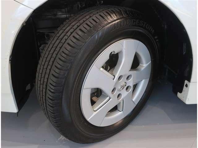 スタイリッシュな純正ホイールキャップ、タイヤのサイズは195/65R15です。