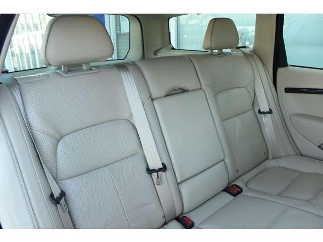 後席の3つのヘッドレストは、ドライバーの後方視界を妨げないよう、収納または折りたたみが可能となってます。