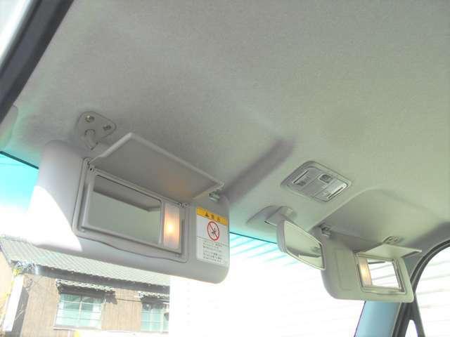 運転席&助手席には『ライト付き大型バニティミラー』も完備♪