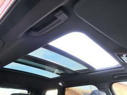 【電動パノラミックルーフ】車内に気持ちいい自然光が差し込み、頭上に広がる風景をお楽しみいただけます。快適な車内温度を維持し日差しから乗員とインテリアを守るダークカラーのガラス。電動ブラインド付き!