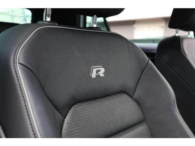 「R」のロゴが入ったR専用デザインのシートはスポーティーなセンス。長時間座っても疲れにくい安定感あるフォルムを採用。