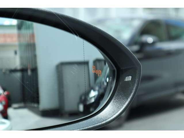 ブラインドスポテッドディテクション(後方死角検知機能)は死角となる後方側面に車両を検知した際にドライバーが方向指示器を操作するとドアミラー内臓の警告灯が点灯し注意を促します。