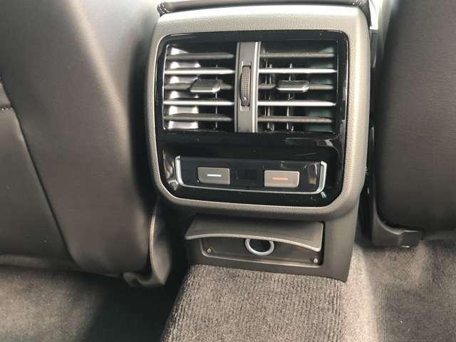 後部座席用エアコンです。専用温度調整も付いてます。下部には、12Vソケットがあります。
