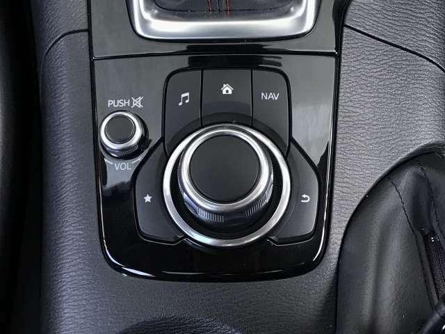 センターディスプレイの表示項目をすべて操作できるコマンダーコントロールは左手で操作しやすい位置にあり、手元を確認せずに操作できます。