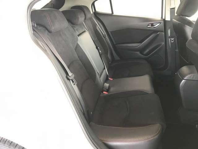 後席も座り易いようにしっかり足元スペースを確保出来る様に前席の後ろ側の形状に工夫してます。若干中央側に寄せることで前方が見やすくなってます。