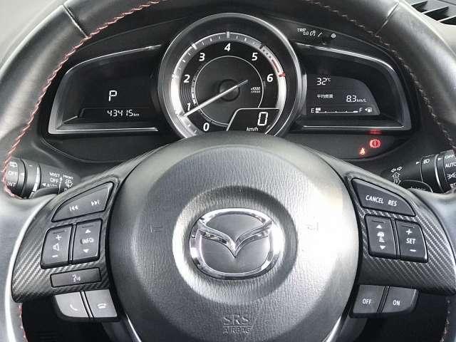 ステアリングスイッチは運転姿勢や視線を崩さずにオーディオ類の操作が可能です。下部にはハンズフリーフォンの通話/終話スイッチがあります。