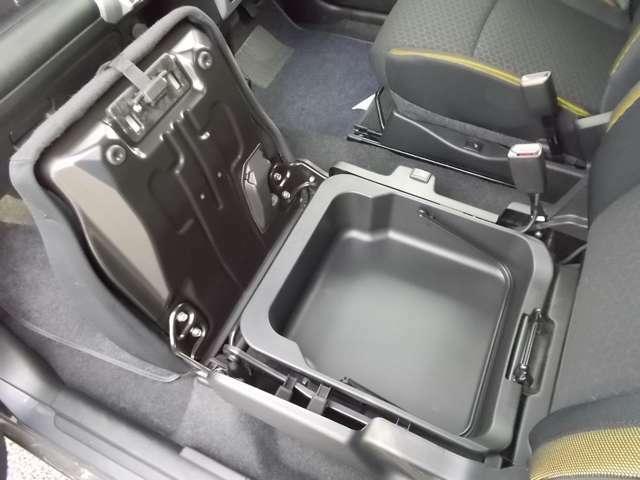 助手席シートアンダーボックス☆置き場所に困る物をスッキリ収納できるボックス☆取り外しもできるので汚れても掃除できますよ☆靴を入れたりするのもいいですね☆