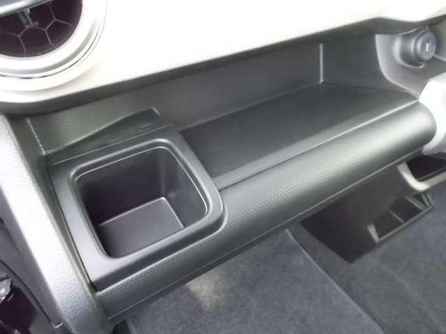 助手席前のインパネトレーには薄型のボックスティッシュなどが置けますよ☆意外とボックスティッシュの置き場に困りますよね!ここならすぐ使えて置き場所にぴったり!