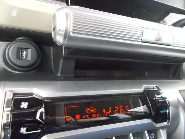 USBソケットありますよ☆インパネセンターにあるので携帯電話の充電んもしやすいです☆