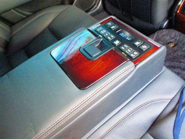 こちらのお車には、HDDナビ地デジ・バックカメラ・CD・DVDビデオ・ミュージックサーバー・ブルートゥース・黒革・エアシート・Cセンサー・プリクラ・BSM・LDA・18AW・ドラレコ・ETCが装備!