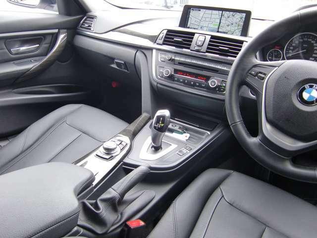 オーディオやナビを直感操作で行う、「i-ドライブ」、肘掛のコントローラーが使いやすい!ついクルクル廻してみたくなる?!(^^;
