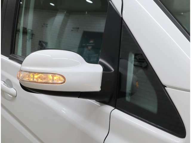 後方からの視認性や耐久性に優れる、ドアミラー内蔵LED式ウインカー。