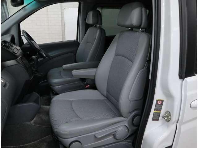 ラグジュアリーパッケージに装備されるハーフレザーシートは、シートヒーターを内蔵。座面長に余裕があり、大柄で疲れにくい人間工学設計です。