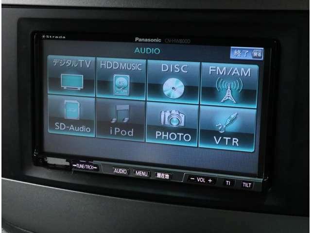 パナソニック製HDDナビを搭載。フルセグ地デジTVチューナーも搭載し、CD&DVDビデオ再生も可能。助手席グローブボックス内のUSBケーブルでスマホ等のメディア接続にも対応します。