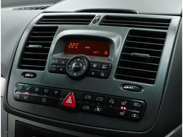 フロントシートは2段階調整式シートヒーターを内蔵。両側パワースライドドアの開閉や、リアエアコンの操作も手元で可能。Vクラス定番のベタベタ劣化はレストア済みなので気になりません。