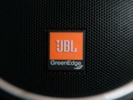 ●【JBLプレミアムサウンドシステム】高性能な12chアンプの採用により広い室内空間で最適な音質を確保したシステムです。後席用のルーフスピーカーなど、17スピーカーを最適にレイアウトしました。