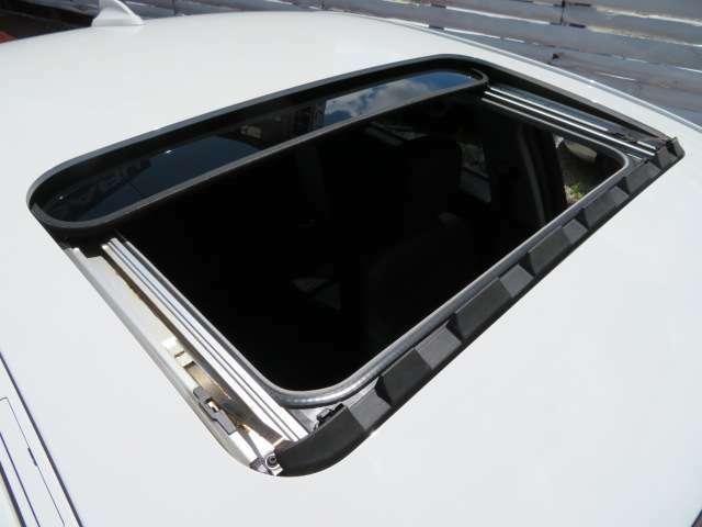 大人気オプションの電動ガラスサンルーフ付き♪電動ガラスサンルーフは、新車時17万円のオプション♪車内が明るく、開放的なドライブをお楽しみ頂けます♪