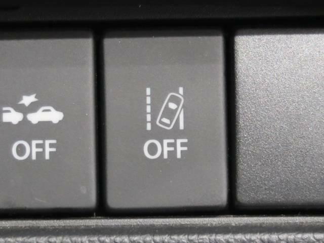 ●【車線逸脱警報機能】約60km/h~約100km/hで走行中、車線の左右区画線を検知し、進路を予測。前方不注意などで車線をはみ出すと判断した場合、ブザー音とメーター内の表示で警告を発します。
