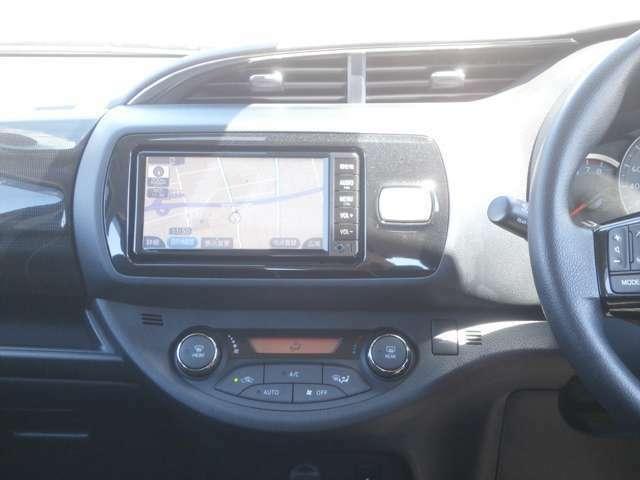 純正SDナビ/CD♪オートエアコンですので車内の温度を一定に保て快適です♪