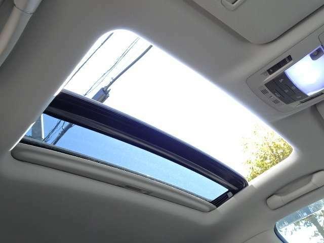 大型サンルーフ☆室内が明るく希少な装備!!高級SUVを堪能できるお車ですね(^_-)-☆