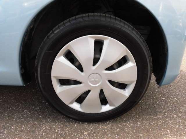 三菱純正ホイールキャップ。タイヤは155/65R14です。