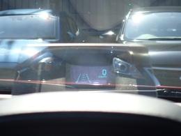 エンジンを始動するとメーターフード上のアクリル板が立ち上がり、速度、道路標識、ナビゲーションの簡易表示を行い、ドライバーの視線移動を減らし、運転に集中できる環境を提供します。