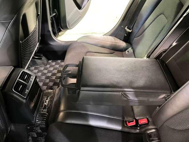 後部座席にも嬉しいドリンクホルダー!後部座席に乗られた方へあって嬉しいがついていますよ♪