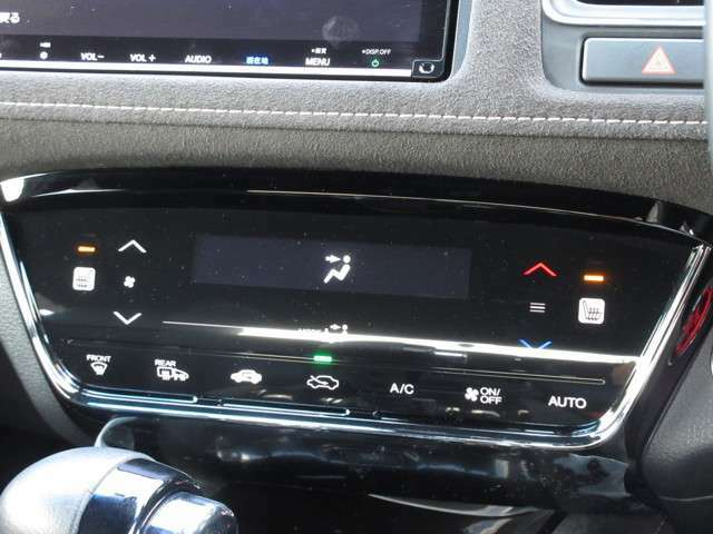 オートエアコンタイプなので細かい操作なしで快適温度に調整してくれます。シートヒーター付きで、冷えた車内でもスイッチを押せば数秒で座面と背もたれがあたたかくなります。