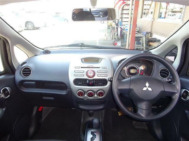運転席周りはシンプルなボタン操作で、初心者の方や高齢者でも扱いやすいお車です!!