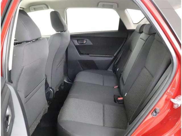 後席も内装はグレー系を基調としております。
