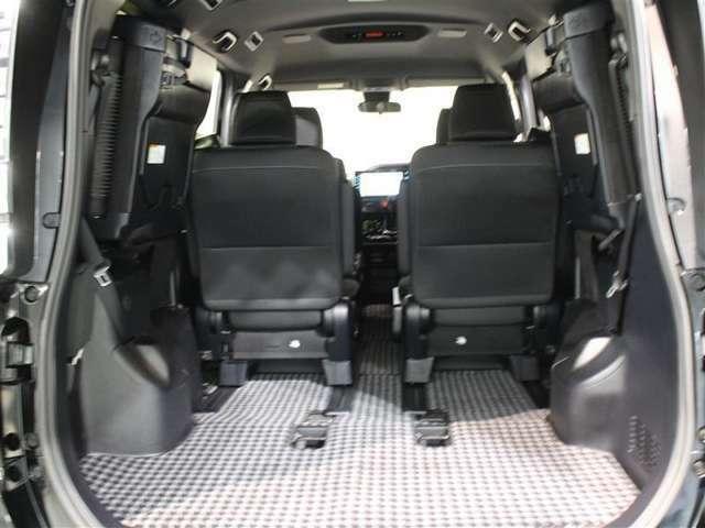 サードシートの後ろにある床下収納は大容量のスペースを確保!サードシートを跳ね上げると更なるスペースを確保できます!