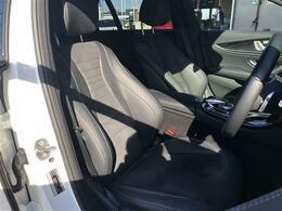 シートはハーフレザーシートとなっております。シートヒーター(前席)やパワーシート(メモリー機能付)(前席)を装備しております。