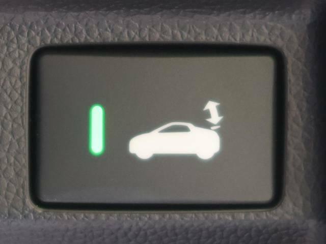 【アクティブスポイラー】車速が約70km/hになると自動で上がり、車速約35km/hで自動格納します。また、運転席側のスイッチにより手動で操作も可能です!