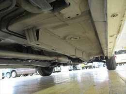 普段あまり目にすることのない、車体下まわりのサビに着目!極力サビの少ないお車をご提供できるよう努めております!