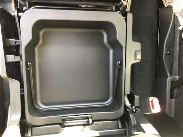 助手席シート下にも収納スペースがあり持ち運びできます。