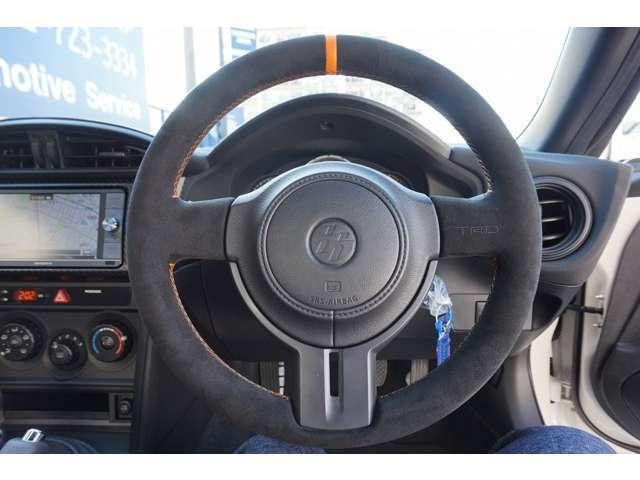 フルバケットシート 4点式シートベルト装着可能!!アルカンターラを採用したステアリングホイール センターマークとステッチはオレンジを採用。