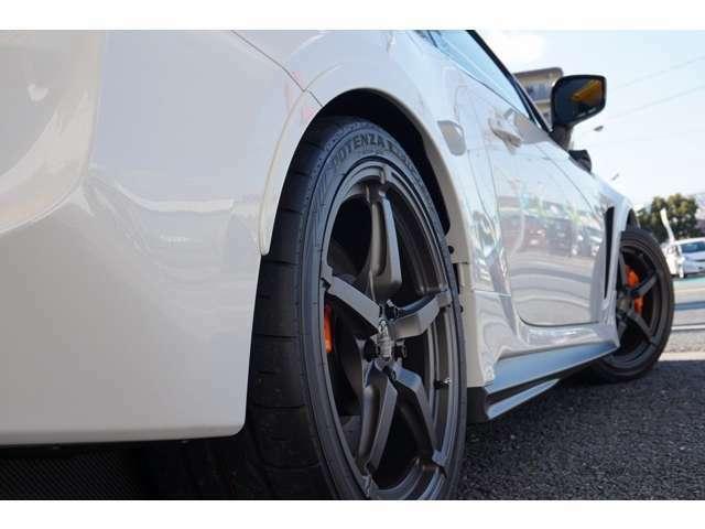 レーシングカーの空力デザインを参考として設計し、サイドスカート表面を塞ぐことで空気の回り込みを防止。