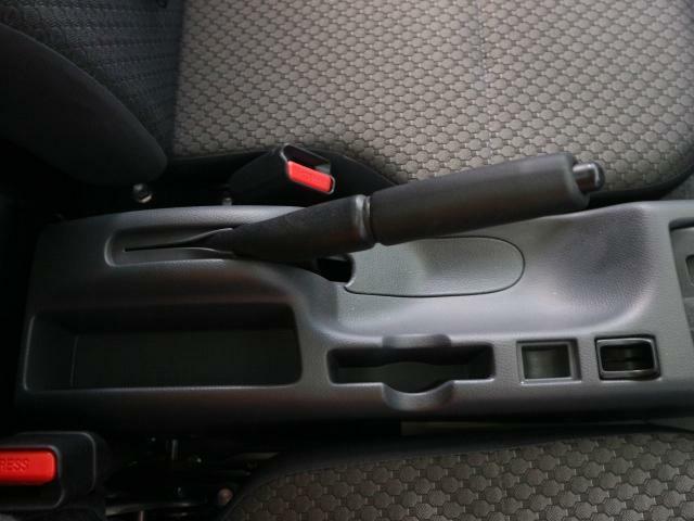 運転席と助手席の間には小物入れがあり便利です☆