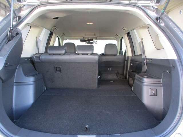 6:4分割可倒式リヤシート 前に倒しこむと荷室スペースをさらに確保することができます。床下 充電ケーブル(200V用)パンク修理キット&ジャッキ
