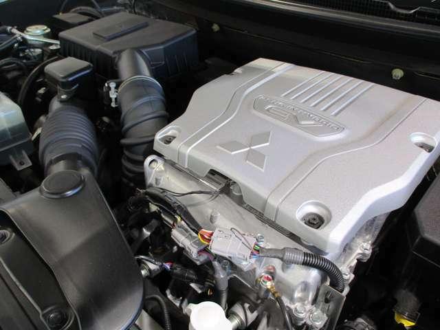 4B12型 MIVEC 2400cc DOHC16バルブ・4気筒エンジン 前後2機モーターを装備したツインモーター4WD