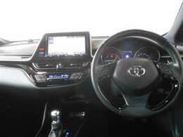 シンプルな運転席周りです。インパネ周りの操作スイッチも使いやすい配置されています☆☆